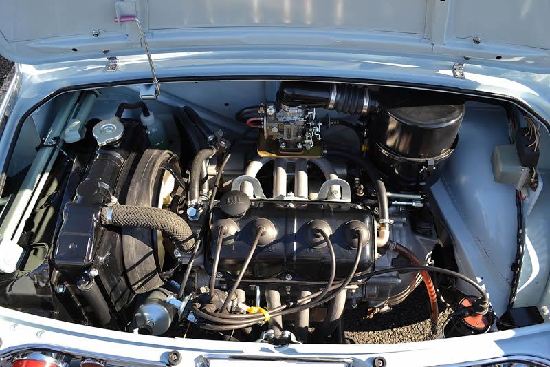 キャロル360のエンジンルームです